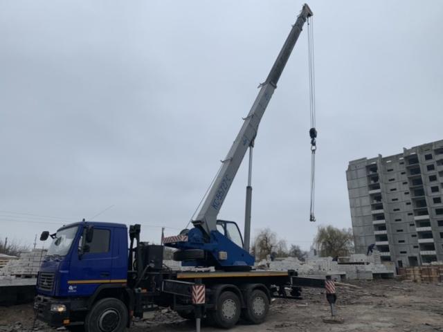 Монтаж блоков краном 28 метров стрела