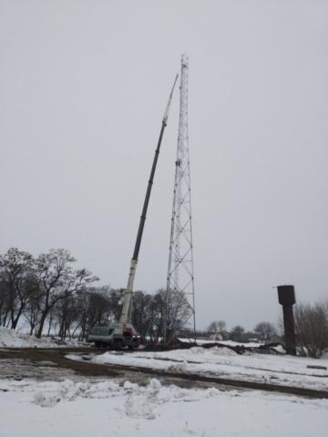 кран 50  тонн устанавливает мобильную башню