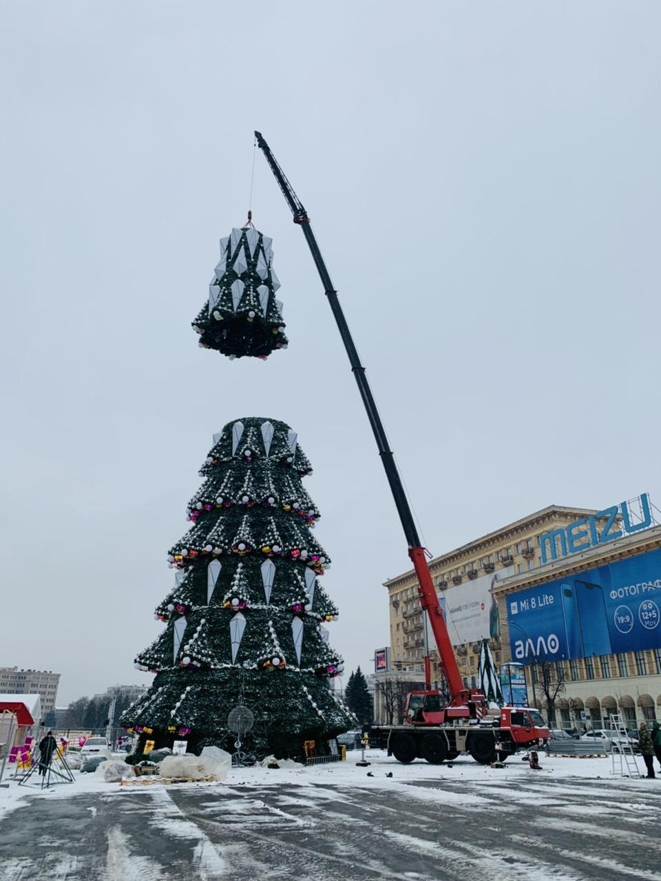 Работа автокрана 50 тонн на главной елке города